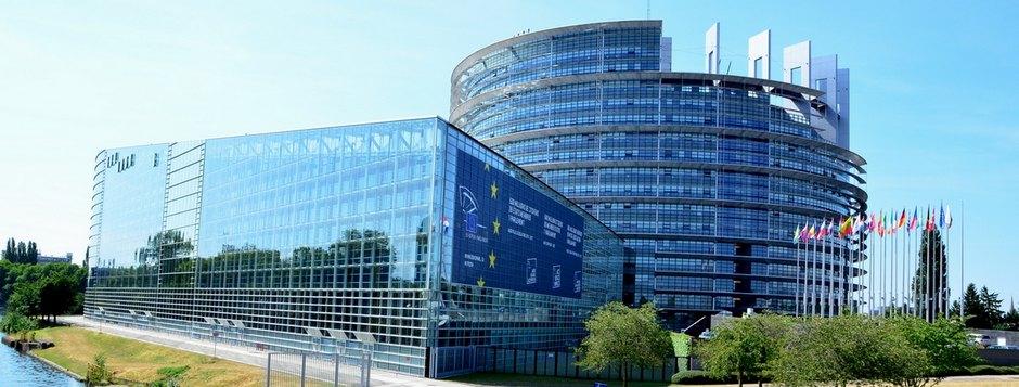 Das EU-Parlament in Strassburg (Frankreich) - Sind solch Fotos im Internet auf Facebook und Co. bald verboten?